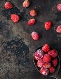 在匙子的冷冻野草莓 免版税库存图片
