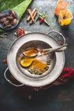在匙子的各种各样的五颜六色的香料在土气背景,顶视图的葡萄酒板材 亚洲,东方或者印地安烹调 库存图片