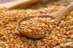 在匙子的干豌豆 免版税库存图片