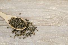 在匙子的白色茶 免版税库存图片
