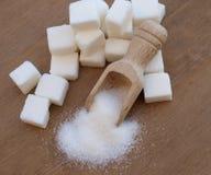 在匙子的糖立方体 免版税图库摄影