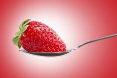 在匙子的草莓 库存图片