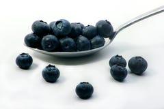 在匙子的蓝莓 免版税库存照片