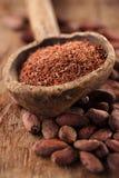 在匙子的被磨碎的黑暗100%巧克力在烤可可粉巧克力 免版税图库摄影
