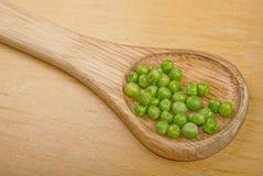 在匙子的豌豆 库存图片