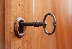在匙孔的老钥匙 免版税库存照片