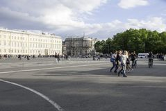 在区域的人步行 免版税库存图片