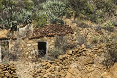 在区域的山的老大厦在巴列尔莫索附近的拉戈梅拉的,西班牙 免版税库存图片