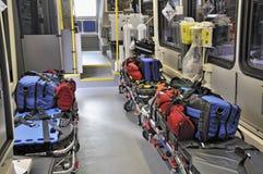 在医务人员里面的救护车 免版税库存图片