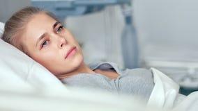 在医房的年轻女性患者 考虑在一个现代诊所的生活的哀伤和生气妇女 股票视频