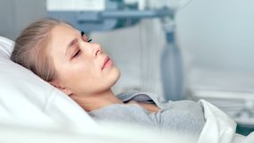 在医房的年轻女性患者 考虑在一个现代诊所的生活的哀伤和生气妇女 股票录像