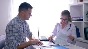 在医疗办公室篡改` s任命,医师举行X-射线并且沟通与患者 影视素材