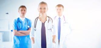 在医疗小组前面的可爱的女性医生 免版税库存图片