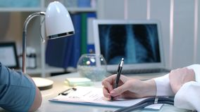 在医疗工作场所的医生手测量的脉冲 妇女检查心率 影视素材