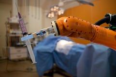 在医疗概念的机器人,机器人人为intelligencehold Th 免版税库存照片