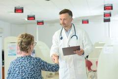 在医院候诊室篡改与患者握手 免版税库存照片