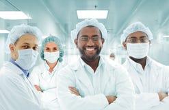 在医院实验室的科学家阿拉伯小组,组医生 免版税图库摄影