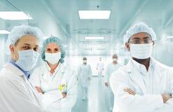 在医院实验室的科学家阿拉伯小组,组医生 库存图片