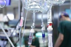 在医院滴下系统和与医学的一个塑料袋。 p 免版税库存图片