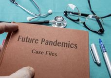 在医院篡改Holds Book On未来大流行病 库存图片