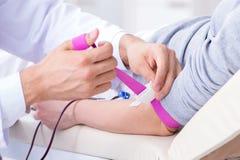 在医院诊所的耐心得到的输血 库存照片