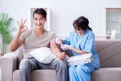在医院诊所的耐心得到的输血 库存图片