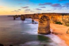 在十二位传道者海岸的日落视图由伟大的海洋Rd的 图库摄影