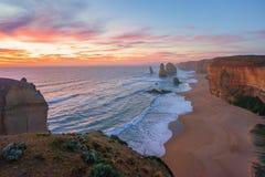 在十二使徒岩,大洋路的剧烈的日落天空 免版税图库摄影