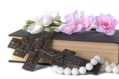 在十字架上钉死、书和花 免版税库存照片