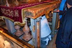 在十字架上钉死法坛在圣洁坟墓教会的  库存照片