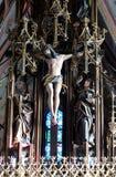 在十字架上钉死、在十字架下的圣母玛丽亚和圣约翰 免版税库存照片