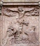 在十字架上钉死,在圣斯蒂芬` s大教堂的门面在维也纳 免版税库存图片