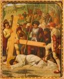 在十字架下的梅赫伦-耶稣秋天。从19。分的发怒方式周期。在Onze辛迪里夫Vrouw VA n-Hanswijkbasiliek教会里 免版税库存图片