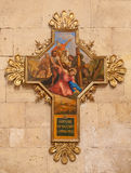 在十字架下的维罗纳-耶稣秋天 横渡作为在大教堂圣芝诺的交叉路周期一部分由未知的艺术家 图库摄影