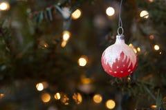 在升圣诞树的冷淡的红色闪耀的玻璃圣诞节装饰品 免版税库存照片