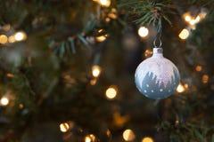 在升圣诞树的冷淡的蓝色闪耀的玻璃圣诞节装饰品 免版税库存图片