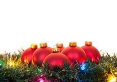 在升圣诞树的红色圣诞节装饰品 库存照片
