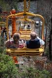 在升降椅垂直的夫妇 免版税库存图片