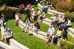 在午休,街市的温哥华期间的工作者 免版税库存照片