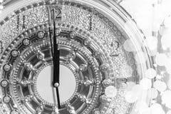 在午夜时间的新年的,对新的豪华金时钟读秒 免版税库存照片