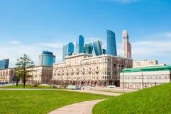 在午间期间的Kutuzovsky Prospekt街与新的高层国际财政区是可看见的在距离 免版税库存图片