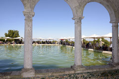 在午餐党,室外被成拱形的水池的大阳台遮光罩 免版税库存照片