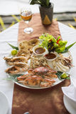 在午餐期间服务的烤海鲜盛肉盘 免版税库存图片
