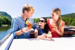 在午餐的家庭在与啤酒杯的河巡航在甲板 免版税库存照片