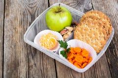 在午餐盒的健康和健身食物在木背景 免版税库存照片