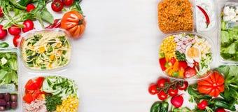 在午餐盒的各种各样的健康沙拉有在白色木背景,顶视图的成份的 库存照片