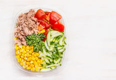 在午餐盒的新鲜的节食的沙拉在白色木背景 库存图片