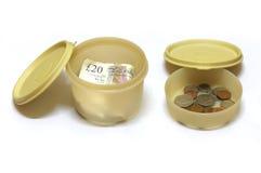 在午餐盒的金钱 库存照片