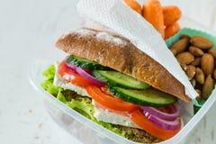 在午餐盒的素食主义者三明治用红萝卜和坚果 库存图片
