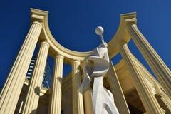 在半圆形建筑里面的一个雕象 免版税库存图片